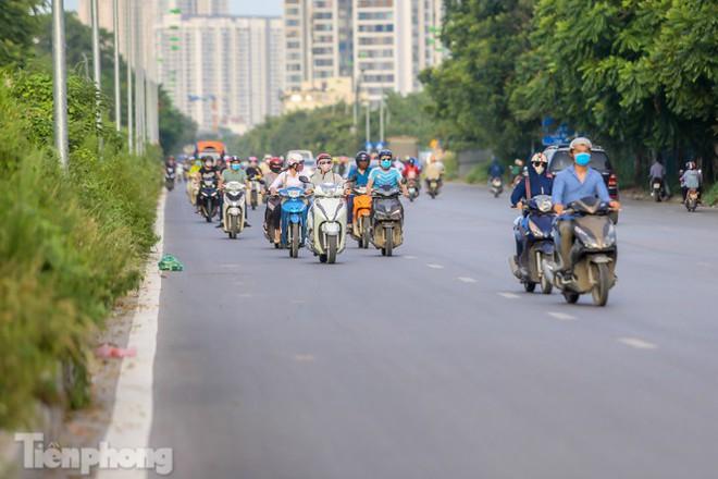 Xe máy nối đuôi nhau đi ngược chiều trên Đại lộ Thăng Long - Ảnh 6.