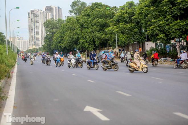 Xe máy nối đuôi nhau đi ngược chiều trên Đại lộ Thăng Long - Ảnh 7.