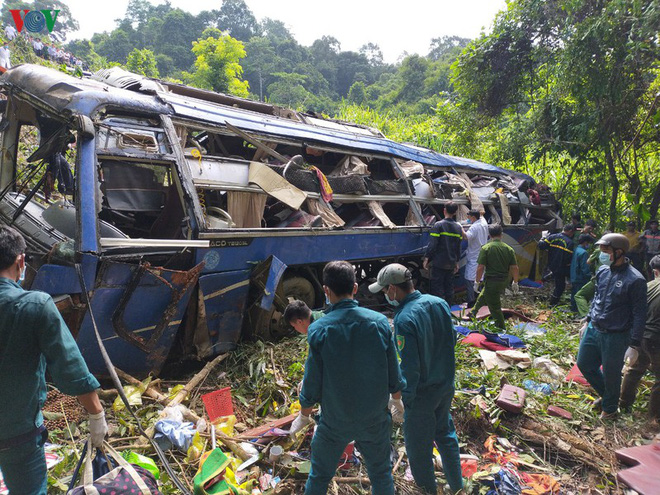 Hiện trường xe khách lao xuống vực làm ít nhất 5 người chết ở Kon Tum - Ảnh 8.