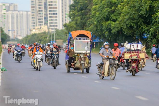 Xe máy nối đuôi nhau đi ngược chiều trên Đại lộ Thăng Long - Ảnh 9.