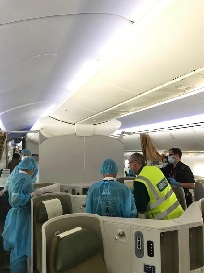 Hình ảnh phi công người Anh về đến sân bay quê hương, sau 115 ngày điều trị ở Việt Nam - Ảnh 7.