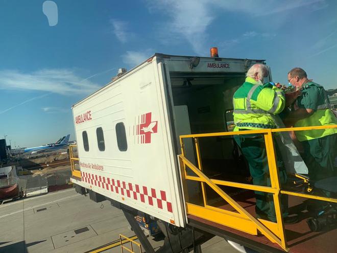 Hình ảnh phi công người Anh về đến sân bay quê hương, sau 115 ngày điều trị ở Việt Nam - Ảnh 8.