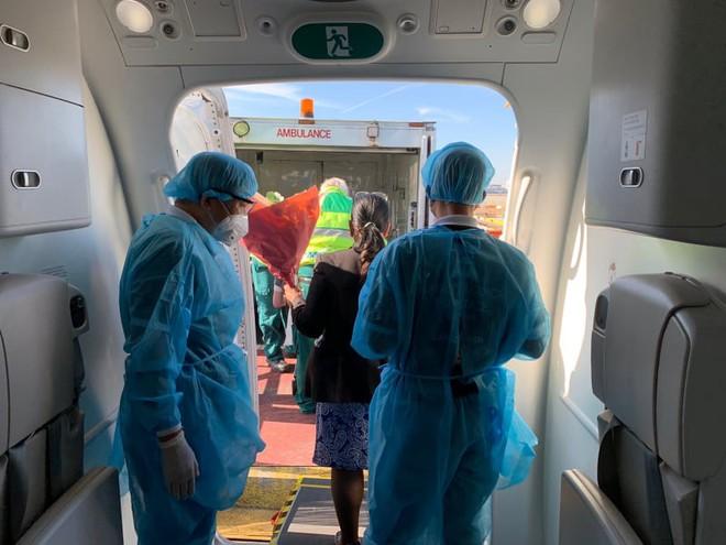 Hình ảnh phi công người Anh về đến sân bay quê hương, sau 115 ngày điều trị ở Việt Nam - Ảnh 10.