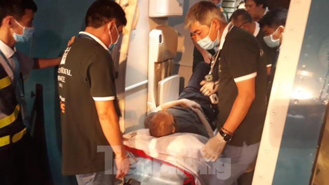 Hình ảnh phi công người Anh trên chuyến bay rời Việt Nam về nước - Ảnh 7.