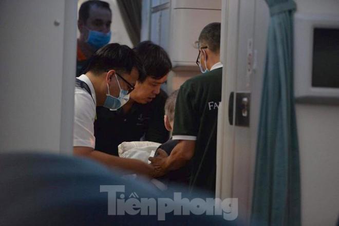 Hình ảnh phi công người Anh trên chuyến bay rời Việt Nam về nước - Ảnh 8.
