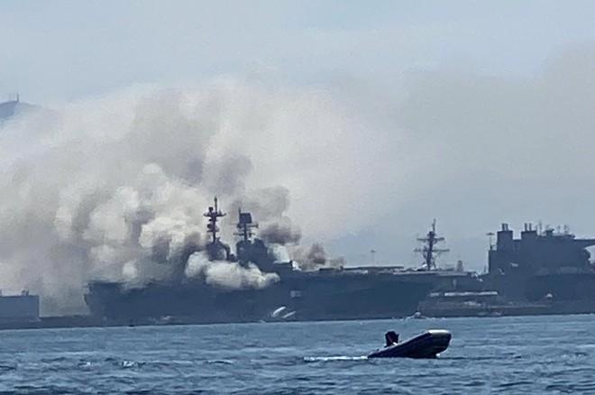 Siêu tàu đổ bộ tấn công Mỹ cháy dữ dội - Rất nguy cấp, mũi đã chúi xuống nước và lệch sang phải - Ảnh 36.