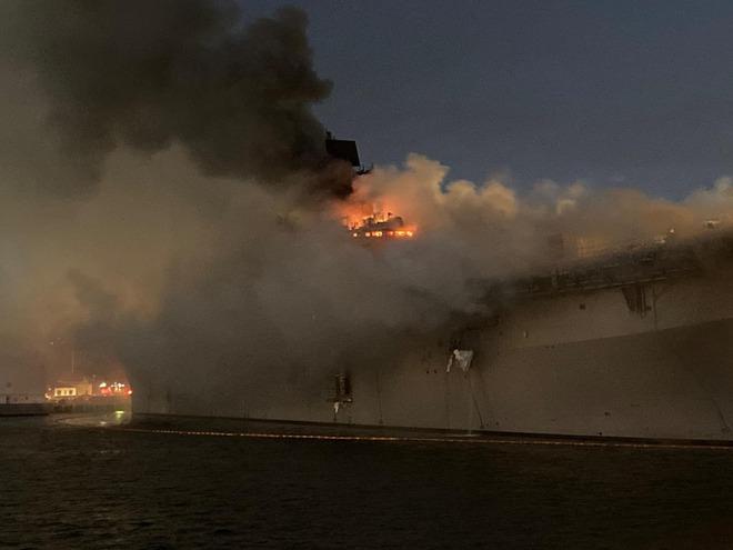 Siêu tàu đổ bộ tấn công Mỹ cháy dữ dội - Rất nguy cấp, mũi đã chúi xuống nước và lệch sang phải - Ảnh 9.