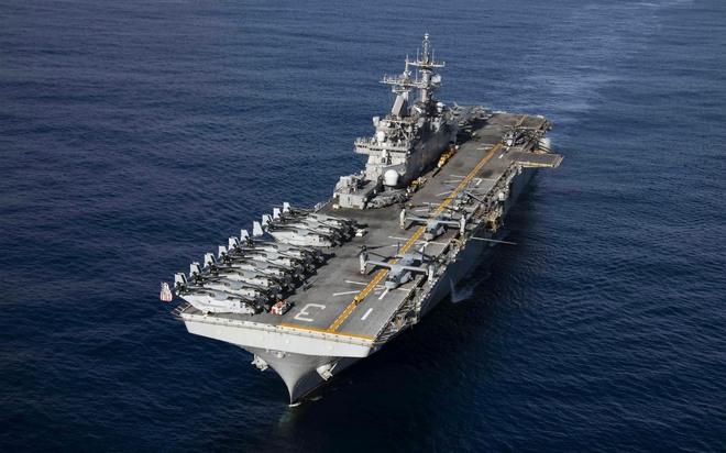 Sức mạnh đáng nể của siêu tàu đổ bộ Hải quân Mỹ đang cháy nổ dữ dội - Ảnh 1.