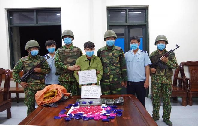 Đóng giả bộ đội vác theo 6 bánh heroin và hơn 7000 viên ma túy để giao cho khách - Ảnh 1.