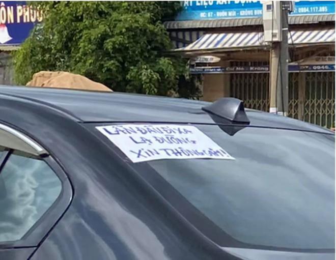 Tờ giấy dán phía sau ô tô khiến người đi đường tò mò, đọc được rồi ai cũng cười cho qua - Ảnh 2.