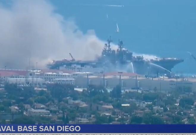 Siêu tàu đổ bộ tấn công Mỹ cháy dữ dội - Rất nguy cấp, mũi đã chúi xuống nước và lệch sang phải - Ảnh 38.