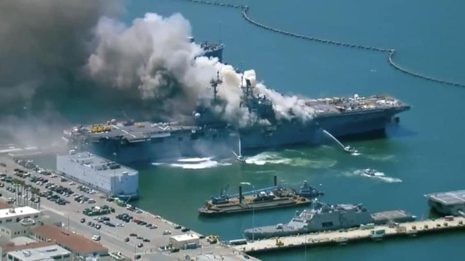 Siêu tàu đổ bộ tấn công Mỹ cháy dữ dội - Rất nguy cấp, mũi đã chúi xuống nước và lệch sang phải - Ảnh 30.