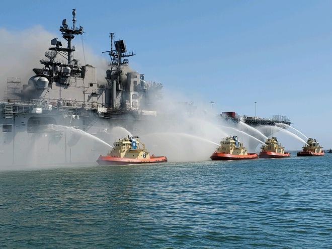 Siêu tàu đổ bộ tấn công Mỹ cháy dữ dội - Rất nguy cấp, mũi đã chúi xuống nước và lệch sang phải - Ảnh 31.