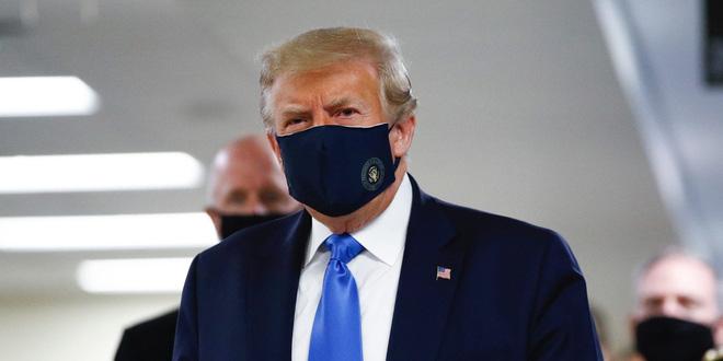 Dịch Covid-19: Cuối cùng, Tổng thống Trump cũng đã đeo khẩu trang khi ra nơi công cộng - Ảnh 1.