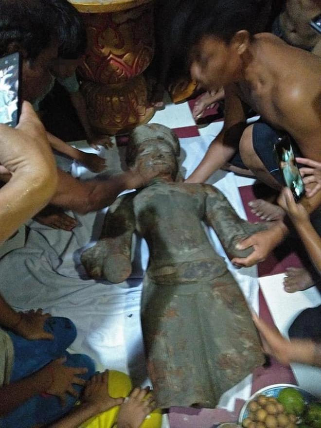 Bức tượng lạ màu đen bị gãy tay, mất phần chân ở Sóc Trăng nghi là tượng thần Vishnu - Ảnh 3.