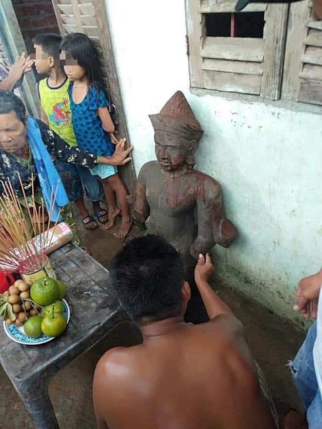 Bức tượng lạ màu đen bị gãy tay, mất phần chân ở Sóc Trăng nghi là tượng thần Vishnu - Ảnh 4.