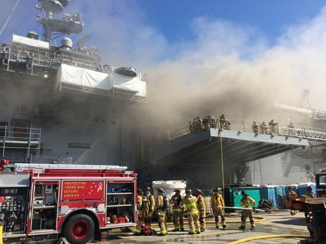 Siêu tàu đổ bộ tấn công Mỹ cháy dữ dội - Rất nguy cấp, mũi đã chúi xuống nước và lệch sang phải - Ảnh 14.