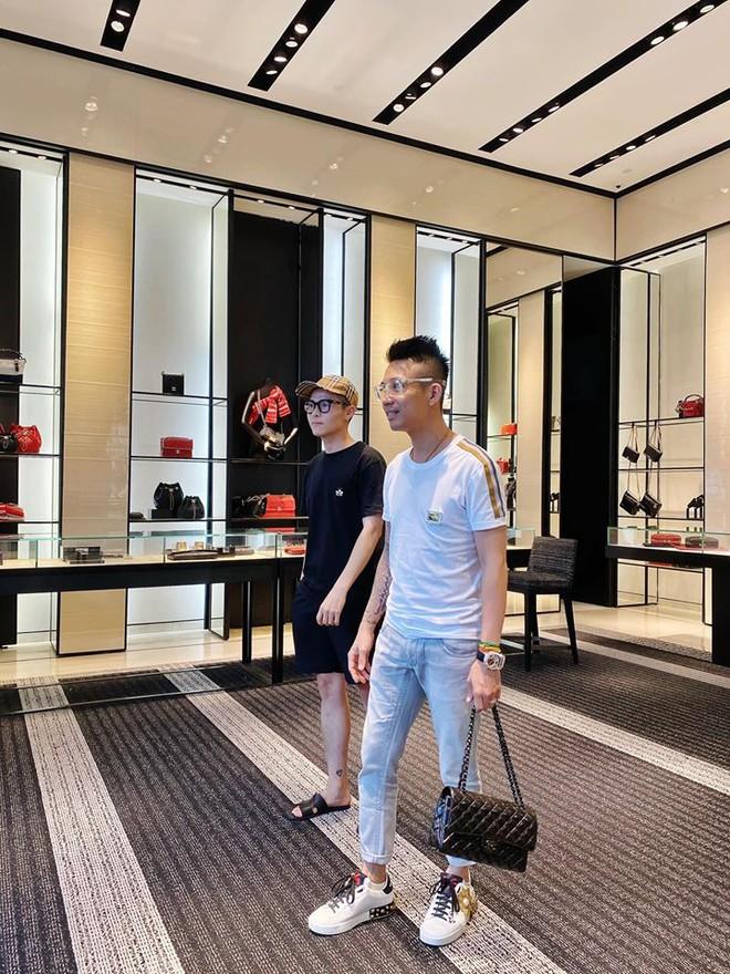 Đại gia Minh Nhựa cùng con gái lái 2 chiếc siêu xe trị giá hàng chục tỷ đồng, chạy thẳng tới cửa hàng Chanel quận 1 mua quà tặng cho con gái của vợ cả - Ảnh 2.