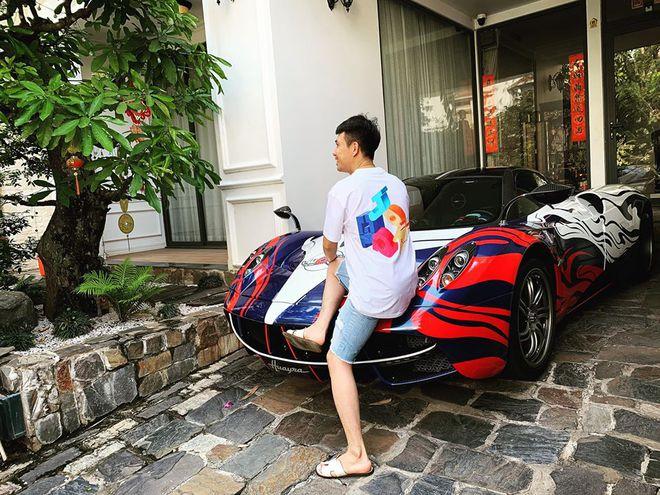 Đại gia Minh Nhựa cùng con gái lái 2 chiếc siêu xe trị giá hàng chục tỷ đồng, chạy thẳng tới cửa hàng Chanel quận 1 mua quà tặng cho con gái của vợ cả - Ảnh 6.