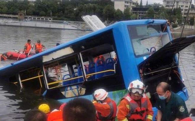 """Trung Quốc: Vụ xe bus lao xuống hồ là do tài xế """"trả thù xã hội"""""""