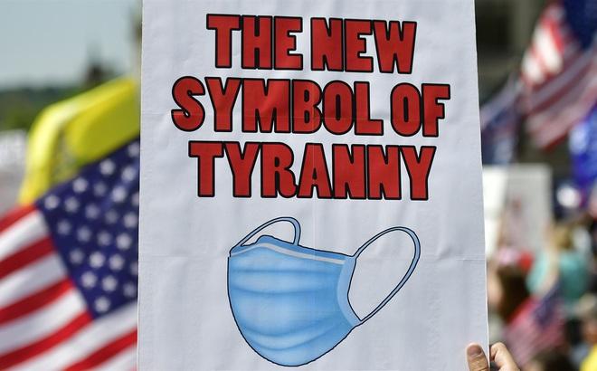 """Kỷ lục COVID-19 liên tục bị xô đổ, dân Mỹ vẫn biểu tình chống khẩu trang vì vi phạm """"tự do cá nhân"""""""