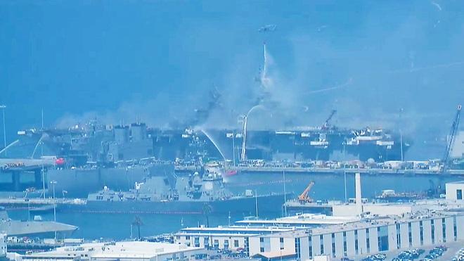 Tàu đổ bộ tấn công USS Bonhomme Richard tiếp tục cháy dữ dội, đang nghiêng dần - Nguy cấp - Ảnh 12.