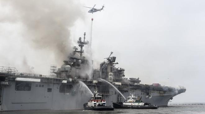 Tàu đổ bộ tấn công USS Bonhomme Richard tiếp tục cháy dữ dội, đang nghiêng dần - Nguy cấp - Ảnh 10.