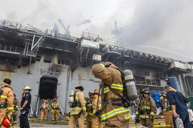 Tàu đổ bộ tấn công USS Bonhomme Richard tiếp tục cháy dữ dội, đang nghiêng dần - Nguy cấp - Ảnh 1.