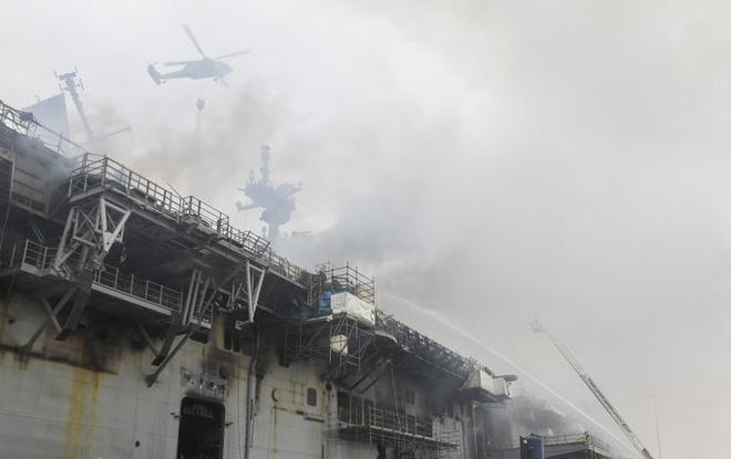 Tàu đổ bộ tấn công USS Bonhomme Richard tiếp tục cháy dữ dội, đang nghiêng dần - Nguy cấp - Ảnh 2.