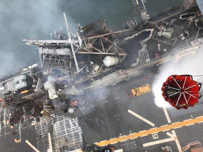 Hình ảnh đầu tiên, kinh hoàng nhất của tàu đổ bộ tấn công USS Bonhomme Richard sau vụ cháy - Ảnh 3.