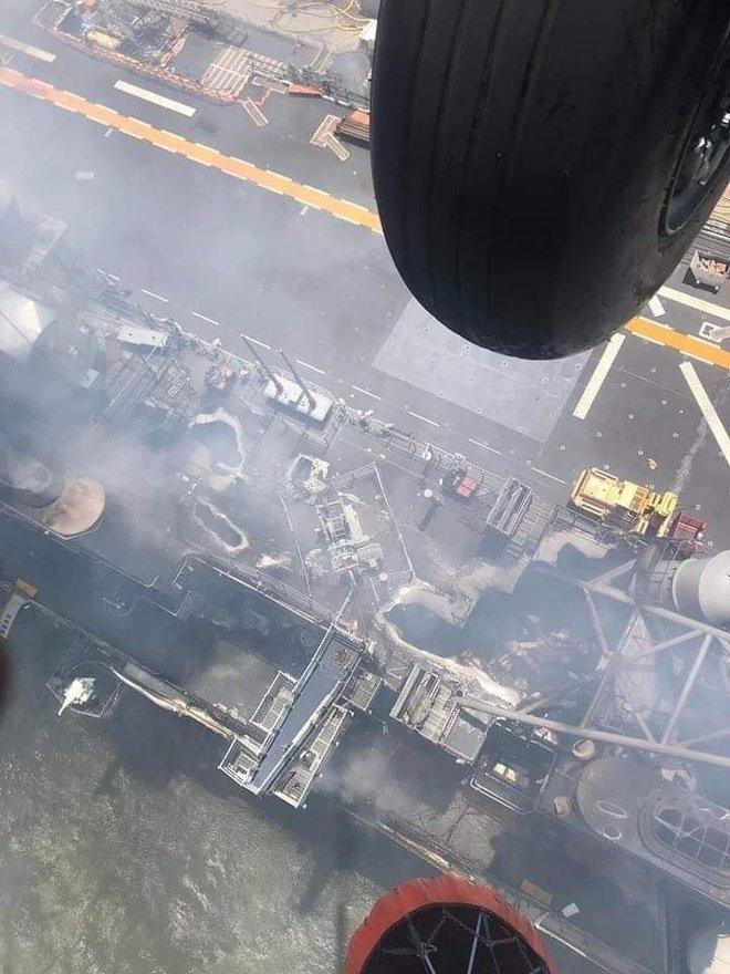 Hình ảnh đầu tiên, kinh hoàng nhất của tàu đổ bộ tấn công USS Bonhomme Richard sau vụ cháy - Ảnh 5.
