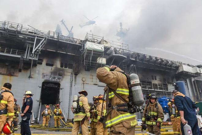Hình ảnh đầu tiên, kinh hoàng nhất của tàu đổ bộ tấn công USS Bonhomme Richard sau vụ cháy - Ảnh 6.