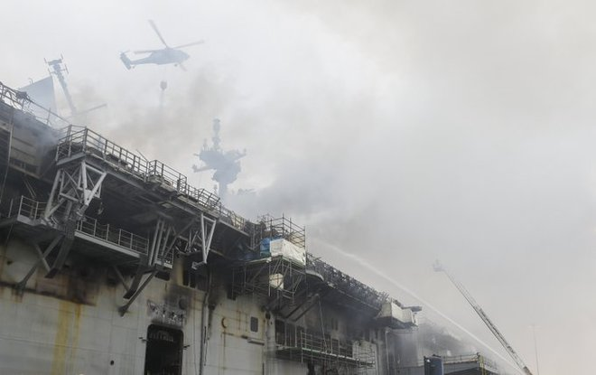 Hình ảnh đầu tiên, kinh hoàng nhất của tàu đổ bộ tấn công USS Bonhomme Richard sau vụ cháy - Ảnh 7.