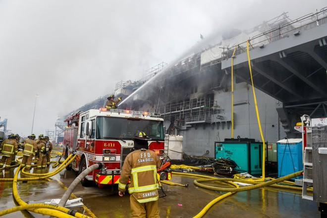 Hình ảnh đầu tiên, kinh hoàng nhất của tàu đổ bộ tấn công USS Bonhomme Richard sau vụ cháy - Ảnh 8.