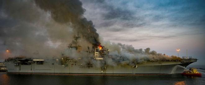 Hình ảnh đầu tiên, kinh hoàng nhất của tàu đổ bộ tấn công USS Bonhomme Richard sau vụ cháy - Ảnh 1.
