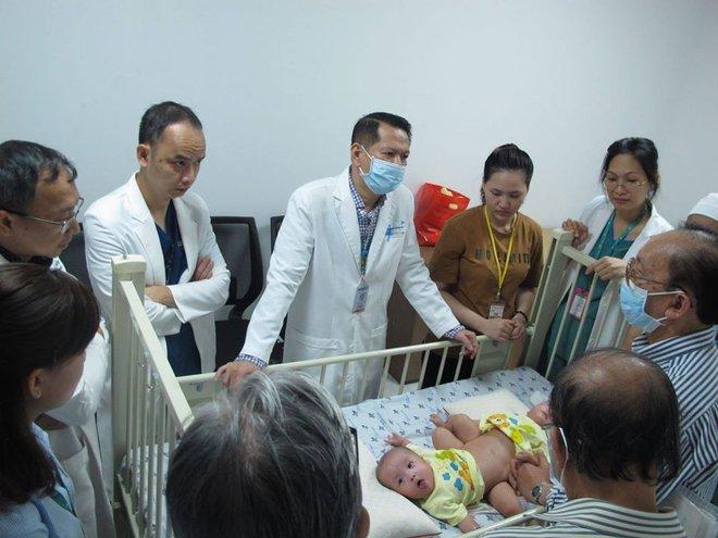 Tâm nguyện của hơn 100 y bác sĩ trước khi bước vào ca mổ Song Nhi - Ảnh 1.