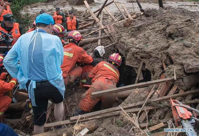 Lũ lụt bất thường TQ: Bức ảnh bàn chân biến dạng khiến nhiều người xúc động - Ảnh 1.