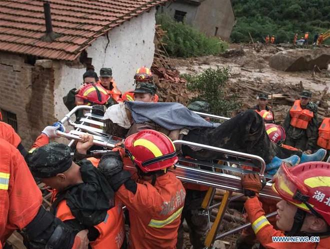 Lũ lụt bất thường TQ: Bức ảnh bàn chân biến dạng khiến nhiều người xúc động - Ảnh 2.