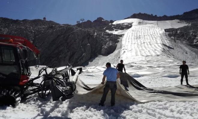 Italy bọc sông băng bằng vải để ngăn tan chảy - Ảnh 1.