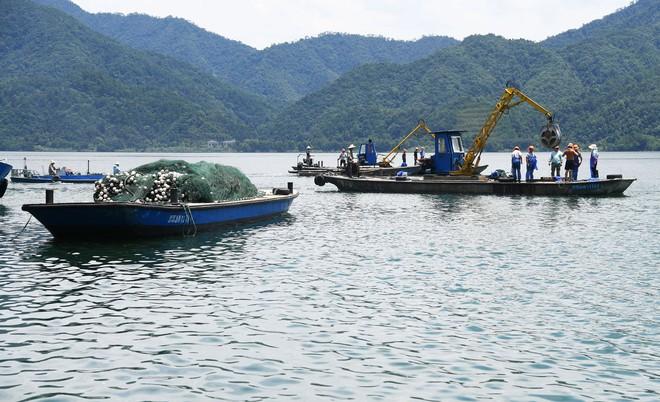 Trung Quốc: Đập thủy điện xả lũ, bội thu 25.000kg cá mè hoa - Ảnh 2.