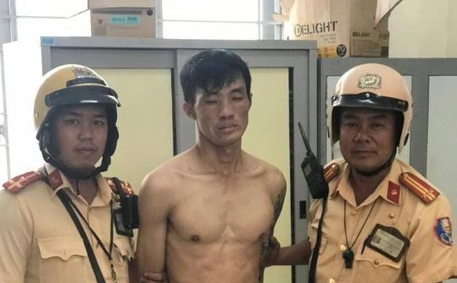Bị bắt quả tang khi đang bẻ khóa xe máy, tên trộm dùng dao tấn công cảnh sát khi bị vây bắt ở Sài Gòn