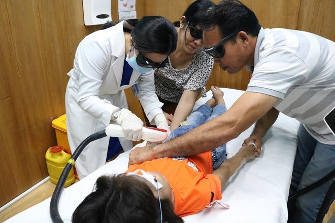 Người mọc toàn lông, bé gái 6 tuổi ở Vũng Tàu mắc bệnh hiếm gặp - Ảnh 2.