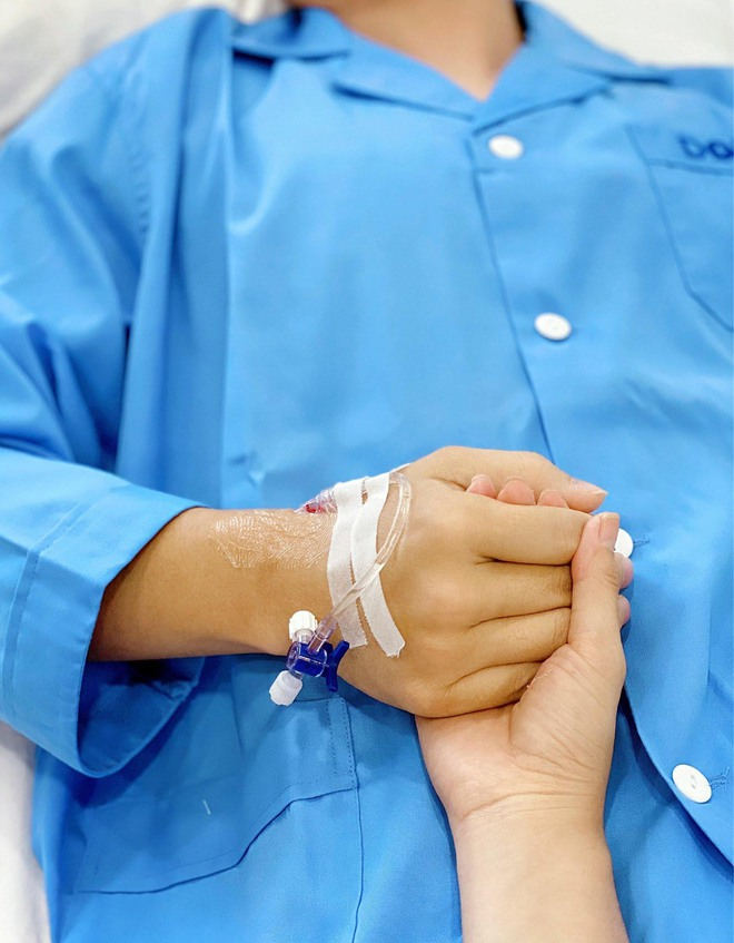 Vợ Đăng Khôi khóc nức nở khi chồng phải phẫu thuật trong 3,5 tiếng - Ảnh 1.
