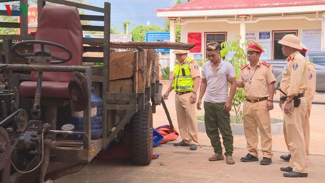 Công an nổ súng bắt tài xế chở gỗ lậu - Ảnh 1.