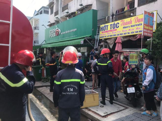 6 người thoát chết trong phòng trọ cháy dữ dội ở TP HCM  - Ảnh 1.