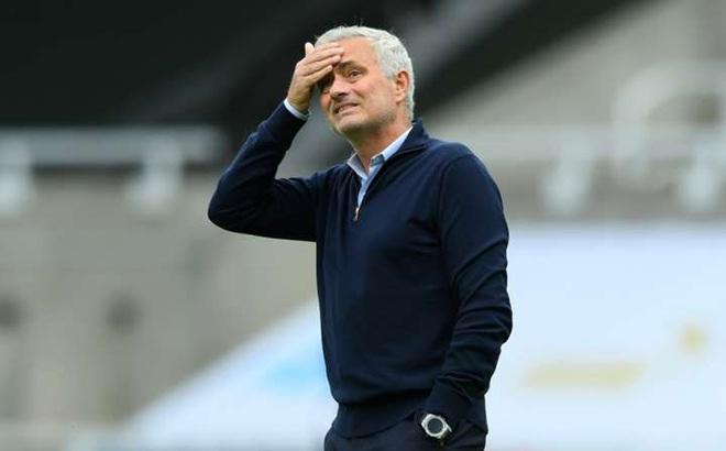 Tottenham đại thắng, HLV Mourinho quay sang châm chọc Man City
