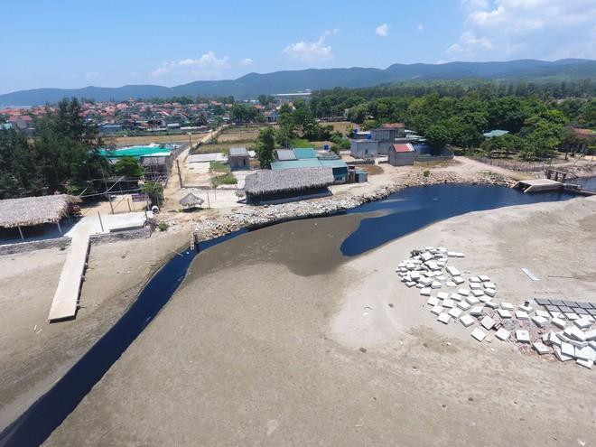 Toàn cảnh trang trại tôm xả dòng nước thải đen kịt, hôi thối ra biển ở Nghệ An - Ảnh 14.