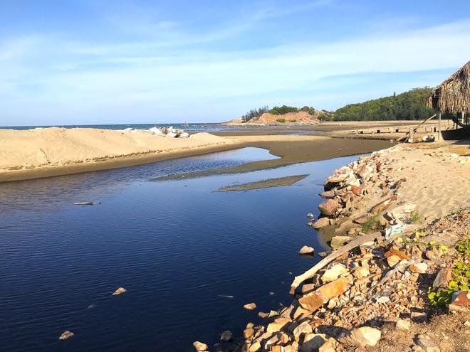 Toàn cảnh trang trại tôm xả dòng nước thải đen kịt, hôi thối ra biển ở Nghệ An - Ảnh 17.
