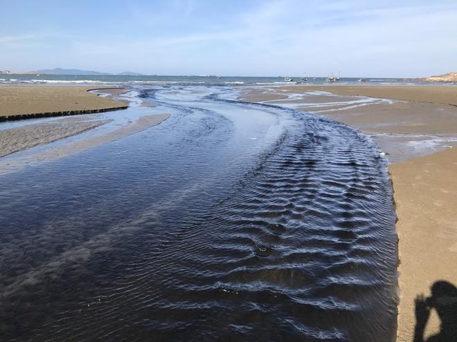 Toàn cảnh trang trại tôm xả dòng nước thải đen kịt, hôi thối ra biển ở Nghệ An - Ảnh 16.