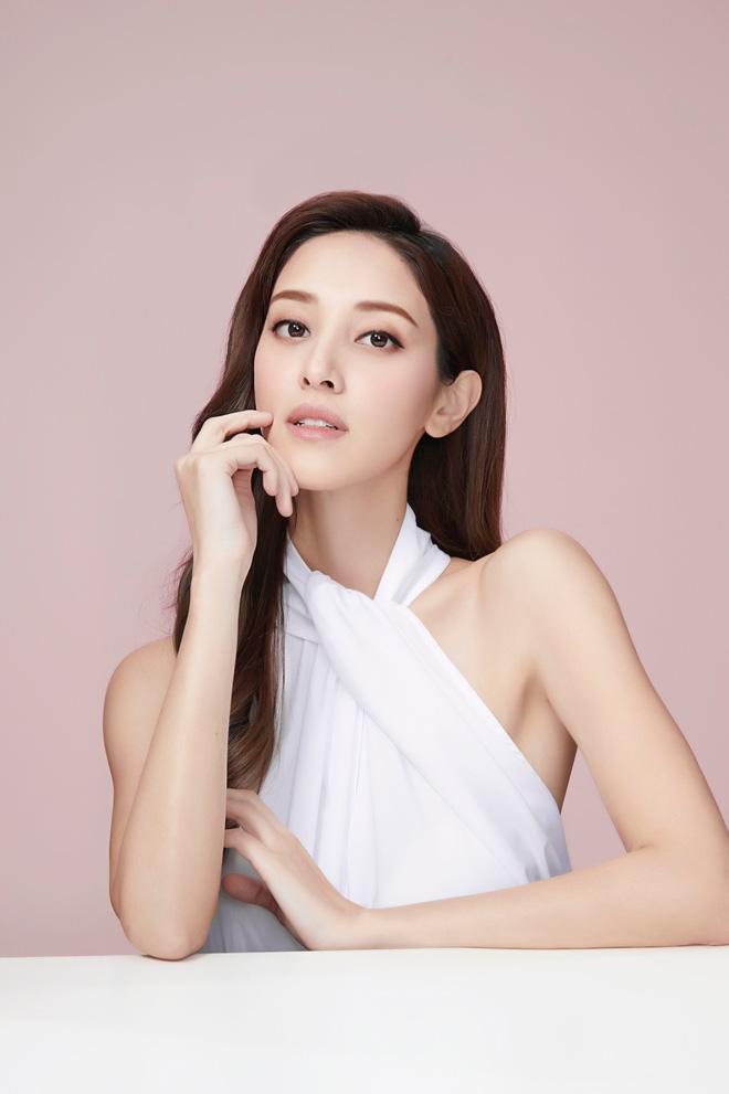 Hoa hậu Hong Kong khiến con trai vua sòng bài Macau say đắm ngày càng gợi cảm khi mang bầu - Ảnh 2.